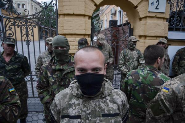 Слишком много камуфляжа и масок на патриотах. Обыватель думает, что это инопланетяне и пугается. Убегает подальше.